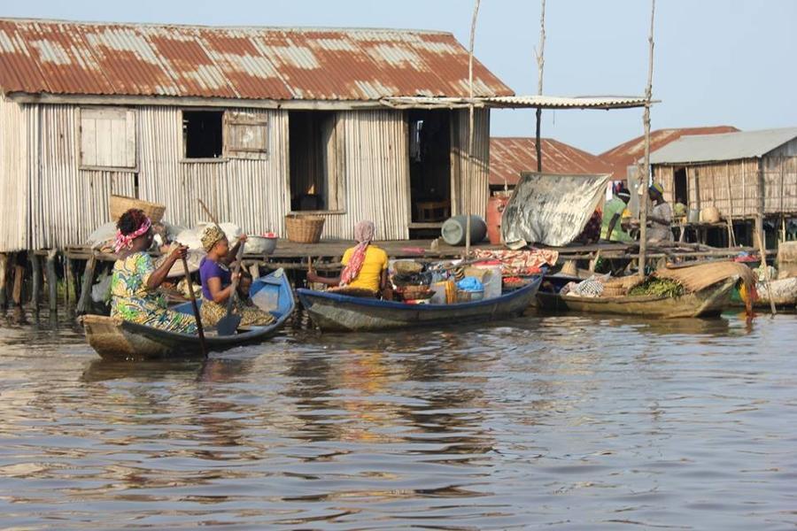La vie sur l'eau des toffins dans la cité lacustre de Ganvié au Bénin